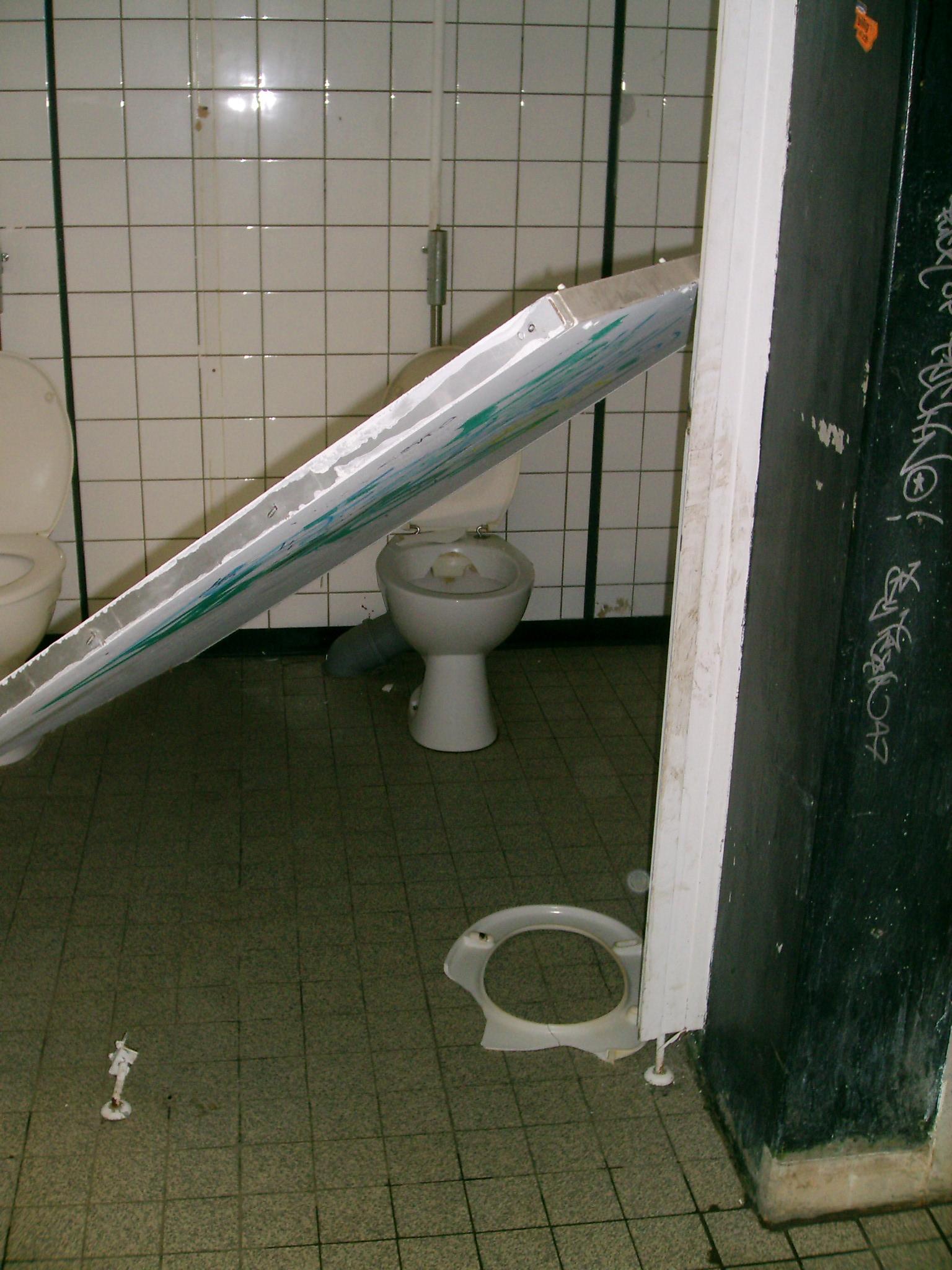 toilette verstopft was tun hausmittel hallo ihr lieben wenn man nicht genau aufpasst ist der. Black Bedroom Furniture Sets. Home Design Ideas